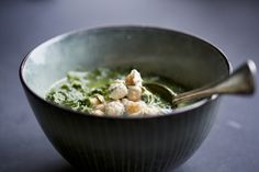Green Kitchen Stories Kale and Spinach soup with Tahini Dressed Chickpeas - Kale And Spinach, Spinach Soup, Kale Soup, Soup And Salad, Whole Food Recipes, Soup Recipes, Vegetarian Recipes, Healthy Recipes, Vegan Soups