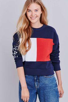 daffdc679f2d8 Tommy Jeans - Sweat en maille bleu marine motif grand drapeau. Shop ...