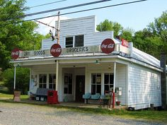 Coca - Cola ads on a old country store! Inspiration for old store still in operation in Stillwater Springs Old General Stores, Old Country Stores, Country Life, Country Roads, Country Living, Country Farmhouse, Drive In, Pompe A Essence, Vintage Gas Pumps