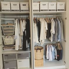 女性で、3LDKの整理収納部/棚/こどもと暮らす。/麻ひもバック/ALGOT/おもちゃ収納…などについてのインテリア実例を紹介。「衣替えは年に二回します。春夏兼用と秋冬兼用にして、断捨離もそのときにします。嵩張る冬物のコートなどは別のクローゼットに閉まってあって、衣類を移動させずに自分がそこから取る形にする予定です。 でもここのクローゼットはリビングにあってすごく取りやすい位置なので、よく使うものはここへ。 左のメッシュバスケットの中にはおもちゃが入ってます。その下の衣装ケースは子供服とおばあちゃんの服。右下は幼稚園グッズです。衣装ケースは1つだけ白…また揃えます(笑)とりあえずダンボールの山だったクローゼットが片付いた… 」(この写真は 2016-06-07 10:57:06 に共有されました)