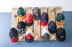 Boy bedroom ideas Scrap Wood & Pallet Baseball Hat Rack - Bower Power Don't Forget Your Garden When Baseball Hat Display, Baseball Hat Racks, Diy Hat Rack, Hat Hanger, Hat Hooks, Cowboy Hat Rack, Cap Rack, Hat Organization, Organizing