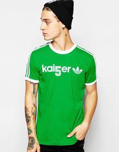 T-Shirt von adidas Originals weiches Jersey Rundhalsausschnitt mit Logoaufdruck gestreifte Ärmel reguläre Passform - entspricht den Größenangaben Maschinenwäsche 100% Baumwolle Unser Model trägt Größe M und ist 185,5 cm/6 Fuß, 1 Zoll groß