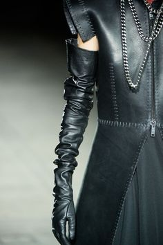 Gareth Pugh at London Fashion Week Fall 2015 - Details Runway Photos Gareth Pugh, Elegant Gloves, Minimalist Fashion Women, Black Leather Gloves, Long Gloves, Stiletto Shoes, Wearing Black, Leather Fashion, Textiles
