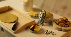 realistic miniature cheese grater - very well illustrated step-by-step tutorial - metal Dollhouse Miniature Tutorials, Diy Dollhouse, Dollhouse Miniatures, Miniature Kitchen, Miniature Food, Utensil Racks, Cheese Grater, Mini Craft, Tiny Food