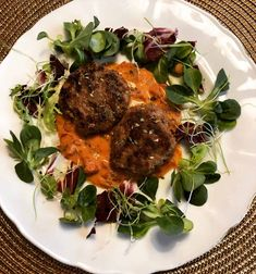 Ett lchfrecept på saftiga och goda halloumifärsbiffar med en gräddig tomatsås. Perfekt mat som funkar bra som lunch, men även till god middag. Lchf, Lassi, Halloumi, Charcuterie, Steak, Food And Drink, Low Carb, Pizza, Meals