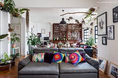 sala de estar de um apartamento integrado que mistura diferentes estilos