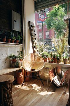 Lumière et chaise en osier