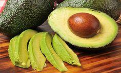 (Zentrum der Gesundheit) – Avocados sind birnenförmige Butterfrüchte. Natürlich enthalten Sie keine Butter, aber sehr viel Fett. Aber keine Sorge: Avocado-Fett ist eines der gesündesten Fette, da es reichlich einfach ungesättigte Fettsäuren enthält. Daher wundert es auch nicht, wie gut das Fett der Avocado den Cholesterinspiegel regulieren kann. Worauf jedoch achtet man beim Kauf und der Lagerung von Avocados? Wie erkennt man eine reife Avocado? Und wie kann man die Avocado am besten…