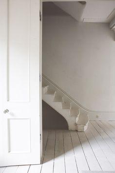 white stairs of a below stairs sort of variety White Stairs, White Hallway, Open Stairs, Wood Stairs, Creation Deco, Painted Floors, Painted Floorboards, Painted Wood, Vintage Stil