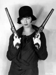 She still loves me, Louise Brooks with Guns. A flapper with shooters: oh my! Flapper Girls, Flapper Era, Louise Brooks, Roaring Twenties, The Twenties, Bonnie N Clyde, Bonnie Parker, Silent Film, Vintage Photos