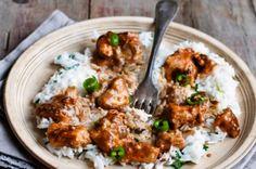 Νόστιμο κοτόπουλο με ρύζι Και κόκκινη σάλτσα.