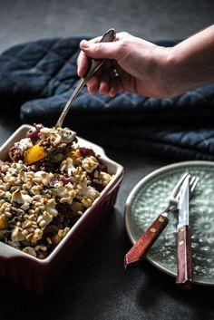 Deze ovenschotel met gehakt en rode biet bevat ook gele paprika, bleekselderij, geitenkaas, pijnboompitjes en verse tijm. En dat maakt hem lekker en gevarieerd