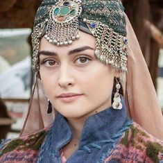 Know About Resurrection: Ertugrul Fame Esra Bilgic Bio, Family, Husband Career & More Facts. Learn & Know The Ertugrul Actress Her Real Life. Turkish Women Beautiful, Turkish Beauty, Turkish Fashion, Whatsapp Dp, Girl Pictures, Girl Photos, Arabian Beauty Women, Esra Bilgic, Muslim Beauty