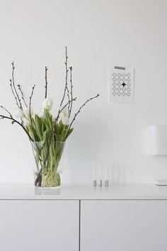 white Modern Flower Arrangements, Natural Interior, White Tulips, Vase, My Secret Garden, Flower Designs, Indoor Plants, Interior Inspiration, Planting Flowers
