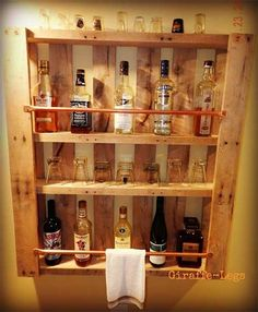Pallet Bar, you will see this in the basement! Pallet Bar, you will see this in the basement! Bar Pallet, Palet Bar, Pallet Wine, Outdoor Pallet, Garden Pallet, Man Cave Pallet Ideas, Pallet Benches, Outdoor Lounge, Old Pallets