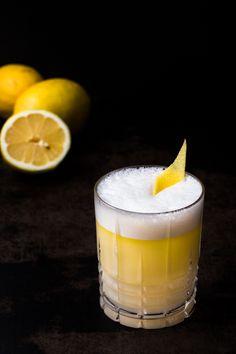 Hier findest du das Rezept für einen Drink mit Olivenöl und Eiweiß, der schmeckt wie ein flüssiger Zitronenkuchen.Klingt abgefahren?Ist es auch.Und lecker!