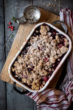 Christmas Crumble - Christmas crumble recipe with berries. - Christmas crumble with speculoos sprinkles You are in the right place about gourmet Breakfast Recipe - Baking Recipes, Cake Recipes, Dessert Recipes, Whole30 Recipes, Juice Recipes, Pasta Recipes, Sweet Recipes, Salad Recipes, Christmas Desserts