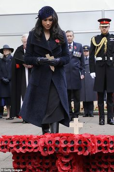 Meghan Markle Photos - Meghan, Duchess of Sussex places a cross as she attends the Field of Remembrance at Westminster Abbey on November 2019 in London, England. - Members Of The Royal Family Attend The Field Of Remembrance At Westminster Abbey Meghan Markle Photos, Meghan Markle Style, Duchess Of Cornwall, Duchess Of Cambridge, Suits Actress, Remembrance Sunday, Remembrance Service, Royal British Legion, London Today