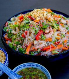 Glasnudelsallad med räkor - ZEINAS KITCHEN Healthy Salmon Recipes, Veggie Recipes, Healthy Dinner Recipes, Asian Recipes, Healthy Snacks, Vegetarian Recipes, Glass Noodle Salad, Pak Choi, Zeina