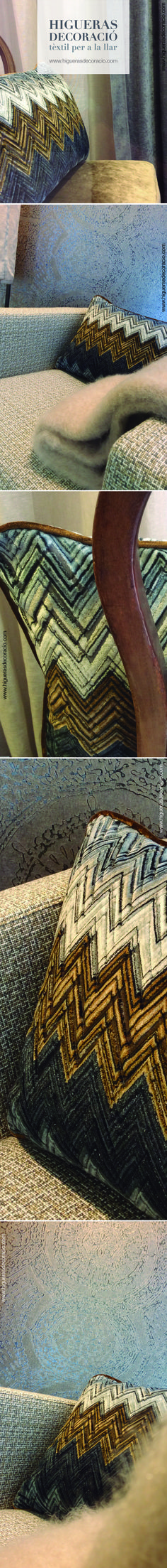 Combina el tapizado de la butaca con el papel pintado de la pared. Añade un plaid de angora a tono y un cojín aterciopelado que amplia la gama cromática del rincón. Espacios con personalidad. www.higuerasdecoracio.com