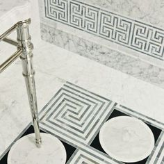 cosmatic custom mosaic collection   |   emilio field in bianco perlino, bianco feather, and lagos blue and alexandria border in bianco perlino, bianco feather, and lagos blue with KALLISTA Michael S Smith Inigo console table top and legs (photographer: Tom McWilliam) Stone Mosaic, Mosaic Tiles, Floor Design, Tile Design, Classic Baths, Old Bathrooms, Outdoor Flooring, Blue Accents, Graphic Patterns