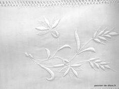 Linge ancien de lit > Draps, Taies... > LINGE ANCIEN / Grand drap avec beau travail de broderie et monogramme fleuri HF sur toile de lin - Linge ancien - Passion-de-Blanc - Textiles anciens