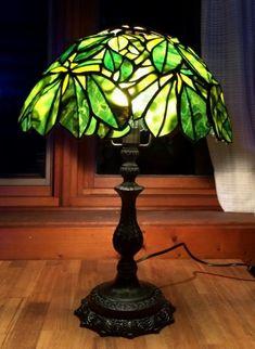 Sさんが新しい台に乗せたチェスナットの写真を送ってくださいました。 たぶん合うだろうと思っていましたが、、、 画像を見て安心しました。 ちょっとクラ... Stained Glass Mosaic, Lampshades, Lamp Light, Lamp, Glass, Tiffany Lamps, Lights, Mosaic Glass, Victorian Homes