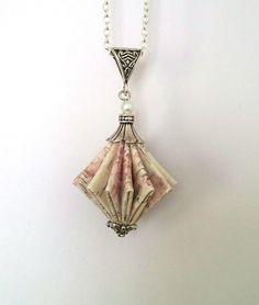 Sautoir origami toupie, motif fleuri et ecriture, la taille de la toupie du sautoir origami et la couleur sont : Collier par my-little-papeterie