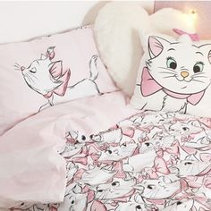 Primark* keep amazing us with their collaborations, and this latest Disney Aristocats one has got us very excited! The new homeware range features Marie the. Disney Quilt, Disney Bedding, Deco Disney, Disney Deals, Disney Bedrooms, Theme Bedrooms, Marie Cat, Gata Marie, Disney Purse