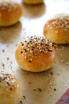 Easy, homemade, mini stuffed bagel balls filled with cream cheese! This copycat Bantam Bagels recipe is made with no yeast, no boiling, no fancy mixer! Skinny Taste, Mini Bagels Recipe, Ww Recipes, Cooking Recipes, Skinnytaste Recipes, Healthy Recipes, Gastronomia, Breakfast, Bon Appetit