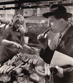 Ein Biss in die Wurst im November 1967: Den Alltag der Hannoveraner im Bild festzuhalten, war eine von Hauschilds großen Leidenschaften. Doch auch wenn sein Antrieb der des Reporters war, hatten selbst die Bilder von der Straße eine künstlerische Komponente | Quelle: Wilhelm Hauschild