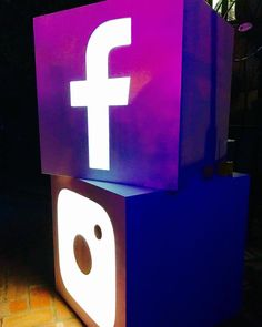 Cubos sociales en la noche de #madrid @facebook @instagram