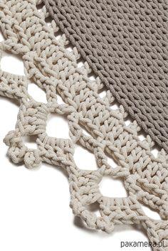 Dywan ręcznie pleciony na szydełku z miękkiego bawełnianego sznurka o gr 5 mm. Koronkowe obrzeże dywanu. Wymiary : średnica 180 cm Ze względu na to, że produkty wykonywane są ręcznie, mogą wystąpić drobne rozbieżności w wymiarach. Niewielkie niedoskonałości są charakterystyczne...