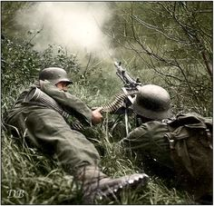 Two Gebirgsjäger manning an MG-34