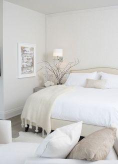 Une #déco très douce pour cette #chambre à coucher... #beige #rose #blanc #décoration  http://www.m-habitat.fr/par-pieces/chambre/amenagement-d-une-chambre-2622_A
