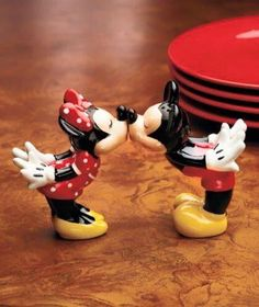 Mickey and Minnie Mouse kissing