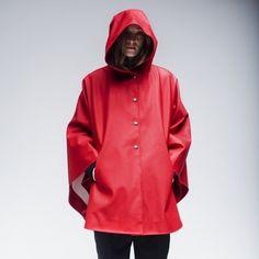 Stutterheim Öland cape in red Girls Wear, Women Wear, Coats For Women, Jackets For Women, Poncho Design, Hooded Raincoat, Red Raincoat, Rain Cape, Aqua