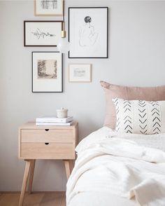 A tranquilidade dá o tom neste #quarto simples, clean e minimalista. A cartela de cores é neutra e privilegia os tons claros: #piso, #parede, criado-mudo e roupa de cama estão harmonizados com bastante perfeição. Acima da #cama, uma sutil composição de #quadros traz personalidade ao décor. Foto: Holly Marder. #decoração #architecture #design #reforma #retrofit #arkpad #decor