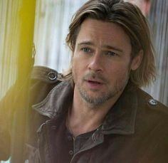 Brad Pitt Is so good looking! Brad Pitt And Angelina Jolie, Jolie Pitt, Jennifer Aniston, Brad Pitt Hair, Hair And Beard Styles, Long Hair Styles, Good Looking Men, American Actors, Gorgeous Men