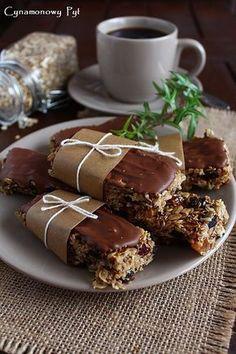 Batoniki owsiano-sezamowe z czekoladą ( bez pieczenia) Cookie Recipes, Dessert Recipes, Fast Healthy Meals, Polish Recipes, Yummy Cookies, Sweet Desserts, Healthy Baking, Chocolate, Cooking Time