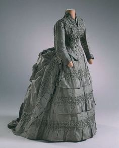 Wedding dress, 1874 From the Hillwood Estate: Huge Bustle makes it look like Late Bustle Era, but date places it in First Bustle Era 1870s Fashion, Edwardian Fashion, Vintage Fashion, Gothic Fashion, Vintage Outfits, Vintage Gowns, Vintage Hats, Retro Mode, Vintage Mode