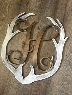 DIY Home Decor: Monogrammed Deer Antler Rustic Whitewash Wall. Informations About DIY Home Decor: Country Decor, Rustic Decor, Rustic Wood, B 13, Deer Antlers, Deer Heads, Home And Deco, My New Room, First Home