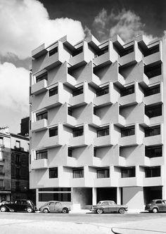 Paris 68 rue Barrault by Roger Anger, Mario Heymann Pierre Puccinelli University Architecture, Facade Architecture, Commercial Architecture, Facade Pattern, Small Buildings, Building Facade, Mario, Brutalist, Construction