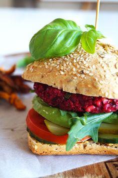 Vegetarische bietenburger met feta en avocado - Focus on Foodies Vegan Burgers, Salmon Burgers, Sandwiches Gourmets, Pain Burger, Beste Burger, Evening Meals, Sans Gluten, Vegan Recipes, Vegan Food