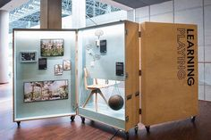Research Ausstellungsdesign. Mobile Vitrine in Form einer Vitrine. Museum Exhibition Design, Exhibition Room, Exhibition Display, Design Museum, Exhibition Ideas, Exhibition Stands, Corporate Design, Retail Design, Flat Design