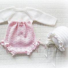 #babyclothing #babyclothes #babysweater #sweater #pink #babybottoms #bottoms #bloomers #babybloomers #babyknitwear #babybonnet #babyboy #babygirl #yarn #instaknit #bebé #roupadebebé #babyspam #babyboutique #baby #babyfashion #babybonn #handmade #mariacarapim #bonnet Baby Gift Box, Baby Gifts, Knitting For Kids, Baby Knitting, Pregnancy Gifts, Newborn Crochet, Crochet Books, Toddler Gifts, Baby Sweaters
