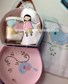 Maleta e Toalha Pintadas - Baby crafts and decor - towel and suitcase