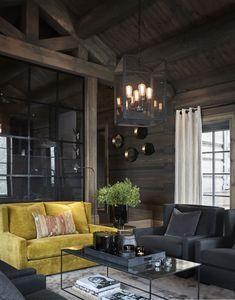 Un canapé jaune fait la différence dans un chalet en Norvège - PLANETE DECO a homes world Modern Cabin Interior, Chalet Interior, Interior Design Living Room, Home Interior, Dark Interiors, Cottage Interiors, Beautiful Interiors, Modern Log Cabins, Modern Lodge