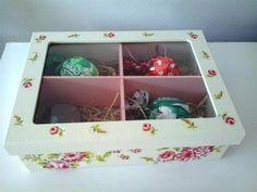 Caixa decorada com chocolates, tampa de vidro e quatro divisórias internas. <br>Pode ser usada para guardar bijuterias depois ou outros acessórios. <br>Esta em especial fiz trufas e pão de mel para presentear.