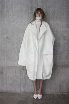 Sculptural Fashion Design white oversized coat with exaggerated proportions Ernesto Naranjo Fashion Week, Look Fashion, Fashion Details, Womens Fashion, Fashion Trends, Net Fashion, Fashion Outfits, Fashion Tips, Street Mode